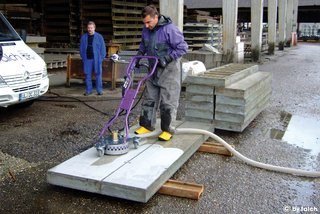 cleaning formwork surfaces without splash water